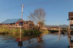 Σταυροδρόμια στο χωριό στη λίμνη Στοκ Εικόνες