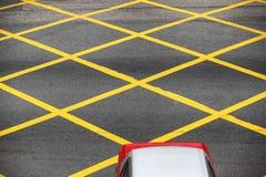 Σταυροδρόμι με το κίτρινο σχέδιο στοκ εικόνες
