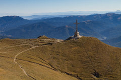 Σταυρός βουνών Bucegi στην αιχμή Caraiman Στοκ Φωτογραφίες