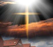 Σταυρός Θεών ` s Ο σταυρός του Ιησούς Χριστού και των όμορφων σύννεφων Στοκ Εικόνες