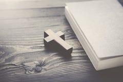 Σταυρός και βιβλίο Στοκ φωτογραφία με δικαίωμα ελεύθερης χρήσης