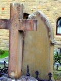 Σταυρός και ταφόπετρα ψαμμίτη Στοκ Φωτογραφίες