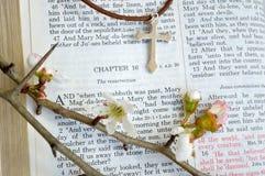 Σταυρός και scripture Πάσχας με τα λουλούδια Στοκ φωτογραφία με δικαίωμα ελεύθερης χρήσης