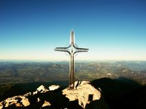 Σταυρός με την ημιπολύτιμη πέτρα που αυξάνεται στην κορυφή βουνών στις Άλπεις Αιχμηρή αιχμή Στοκ φωτογραφίες με δικαίωμα ελεύθερης χρήσης