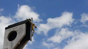 Σταυρός με τον Ιησού στο μπλε ουρανό απόθεμα βίντεο