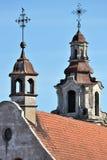 Σταυρός μιας εκκλησίας στην κόκκινη στέγη κεραμιδιών στοκ φωτογραφίες με δικαίωμα ελεύθερης χρήσης