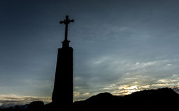Σταυρός μπροστά από το ηλιοβασίλεμα στοκ φωτογραφία με δικαίωμα ελεύθερης χρήσης