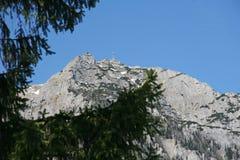 Σταυρός πάνω από τα βουνά στοκ φωτογραφία