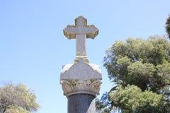 Σταυρός πάνω από την ταφόπετρα στοκ φωτογραφία