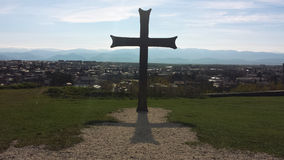 Σταυρός πέρα από την πόλη σε Kaukasus στοκ εικόνα με δικαίωμα ελεύθερης χρήσης