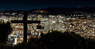 Σταυρός πέρα από την πόλη Στοκ φωτογραφία με δικαίωμα ελεύθερης χρήσης