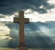 Σταυρός πέρα από το νεφελώδη ουρανό Στοκ φωτογραφία με δικαίωμα ελεύθερης χρήσης