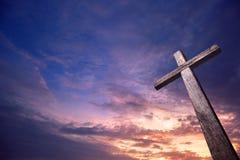 Σταυρός που φωτίζεται ξύλινος από τον ουρανό στοκ εικόνες με δικαίωμα ελεύθερης χρήσης
