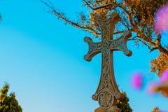 Σταυρός σε έναν βοτανικό κήπο στοκ φωτογραφίες