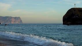 Σταυρός σε έναν βράχο στη θάλασσα απόθεμα βίντεο