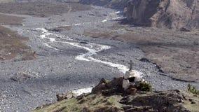 Σταυρός σε έναν λόφο που υψώνεται πέρα από τον ποταμό βουνών άνοιξη κοιλάδων, μια ευρεία κοιλάδα μεταξύ των βουνών Γεωργία απόθεμα βίντεο