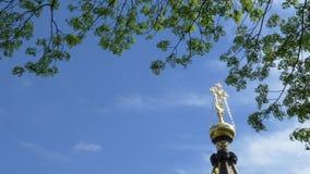 Σταυρός σε μια εκκλησία ενάντια στον ουρανό και τα πράσινα δέντρα Gomel, Λευκορωσία απόθεμα βίντεο