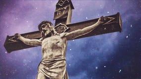Σταυρός σταύρωσης με το άγαλμα του Ιησούς Χριστού πέρα από τα θυελλώδη σύννεφα και το μειωμένο χρονικό σφάλμα χιονιού φιλμ μικρού μήκους