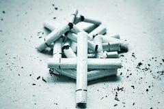 Σταυρός στα τσιγάρα Στοκ φωτογραφία με δικαίωμα ελεύθερης χρήσης