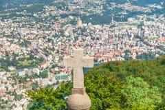 Σταυρός στην κορυφή του βουνού SAN Salvatore με το πανόραμα βουνών στοκ εικόνα