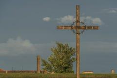 Σταυρός στην πόλη Terezin το θερινό καυτό βράδυ στοκ φωτογραφίες