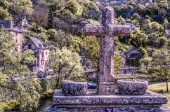 Σταυρός στη γέφυρα πέρα από τον ποταμό Aveyron Γαλλία στοκ φωτογραφία με δικαίωμα ελεύθερης χρήσης