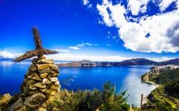 Σταυρός στη Isla del Sol από τη λίμνη Titicaca - Βολιβία στοκ εικόνα