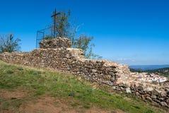 Σταυρός στις αρχαίες καταστροφές του κάστρου Aracena Στοκ φωτογραφία με δικαίωμα ελεύθερης χρήσης
