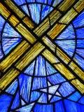 Σταυρός στο λεκιασμένο παράθυρο γυαλιού στοκ εικόνες με δικαίωμα ελεύθερης χρήσης