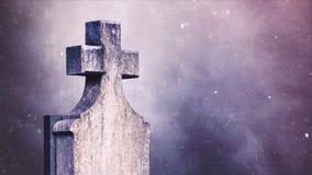 Σταυρός στο νεκροταφείο κατά τη διάρκεια των χιονοπτώσεων φιλμ μικρού μήκους