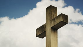 Σταυρός στο νεκροταφείο Σύννεφα χρονικού σφάλματος που ρέουν μετά από έναν σταυρό πετρών σε ένα νεκροταφείο απόθεμα βίντεο