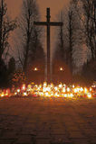 Σταυρός στο νεκροταφείο της ημέρας όλων των Αγίων Στοκ φωτογραφία με δικαίωμα ελεύθερης χρήσης