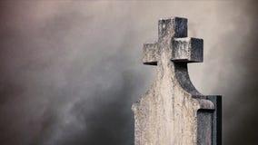 Σταυρός στο νεκροταφείο. απόθεμα βίντεο