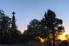 Σταυρός στο υπόβαθρο ηλιοβασιλέματος Siurana de Prades, Tarragona, Ισπανία Διάστημα αντιγράφων για το κείμενο Στοκ Εικόνες