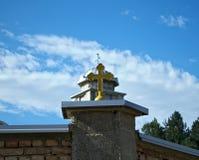 Σταυρός στο φράκτη μοναστηριών και θόλος εκκλησιών στο υπόβαθρο Στοκ Εικόνες