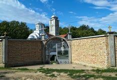 Σταυρός στο φράκτη μοναστηριών και θόλος εκκλησιών στο υπόβαθρο Στοκ φωτογραφία με δικαίωμα ελεύθερης χρήσης