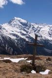 Σταυρός Συνόδων Κορυφής μπροστά από τον παγετώνα Ortles, Ιταλία Στοκ εικόνα με δικαίωμα ελεύθερης χρήσης
