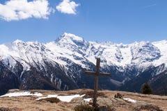 Σταυρός Συνόδων Κορυφής μπροστά από τον παγετώνα Ortles, Ιταλία Στοκ Εικόνες