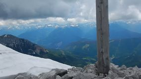 Σταυρός Συνόδων Κορυφής σε Grosse Bischofsmutze στα αυστριακά όρη απόθεμα βίντεο