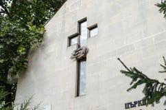 Σταυρός της εκκλησίας στον τοίχο στοκ εικόνες