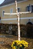 Σταυρός του ξύλου σημύδων - κινηματογράφηση σε πρώτο πλάνο στοκ εικόνες με δικαίωμα ελεύθερης χρήσης