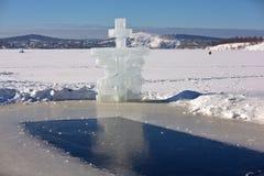 Σταυρός Kreschensky και λίμνη της Ιορδανίας Tagil Nizhny Tagil Περιοχή του Σβέρντλοβσκ Ρωσία Στοκ εικόνες με δικαίωμα ελεύθερης χρήσης