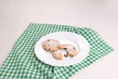 2 σταφίδα Πάσχα bisciuts σε ένα άσπρο πιάτο Στοκ εικόνα με δικαίωμα ελεύθερης χρήσης