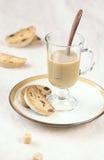 Σταφίδα Biscotti καρδάμωμων με ένα φλιτζάνι του καφέ στοκ φωτογραφία