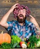 Σταφύλια από τον κήπο Έννοια καλλιέργειας Ξύλινο υπόβαθρο σταφυλιών λαβής ατόμων Γενειοφόρος τύπος της Farmer με τη homegrown συγ στοκ εικόνες με δικαίωμα ελεύθερης χρήσης