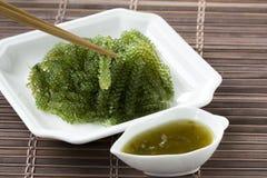 Σταφύλια θάλασσας ή πράσινη πικάντικης σάλτσα χαβιαριών και σε ένα άσπρο πιάτο στοκ εικόνες με δικαίωμα ελεύθερης χρήσης