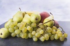 Σταφύλια μπανανών αχλαδιών φρούτων στον πίνακα κουζινών Στοκ φωτογραφίες με δικαίωμα ελεύθερης χρήσης