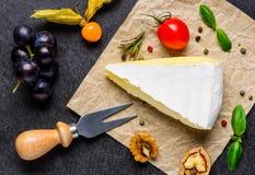 Σταφύλια, τυρί της Brie και δίκρανο τυριών Στοκ Φωτογραφία