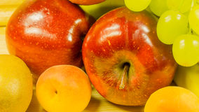Σταφύλια, nanas BA, μήλα, βερίκοκα και πορτοκάλια Στοκ φωτογραφία με δικαίωμα ελεύθερης χρήσης