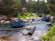 Σταχτιά έλξη Rafting ποταμών στην περιπέτεια Καλιφόρνιας της Disney Στοκ Φωτογραφία